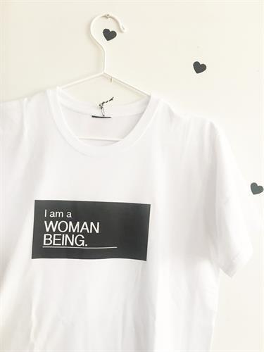 חולצת טי שירט I am a woman being