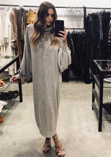שמלת רבקה אפורה