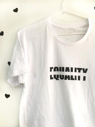 טי שירט יוניסקס Equality לבנה