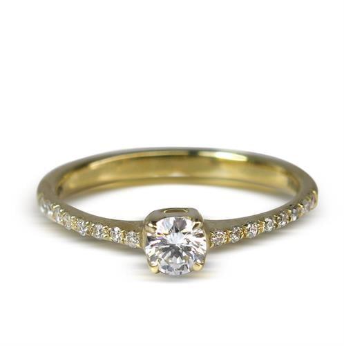 טבעת אירוסין משובצת יהלומים בזהב 14 קרט