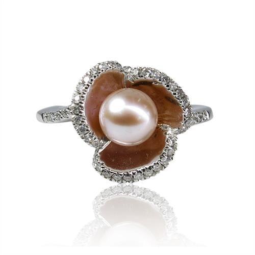 טבעת זהב לבן 18K מעוצבת בצורת פרח משובצת פנינה ויהלומים 0.35 קראט