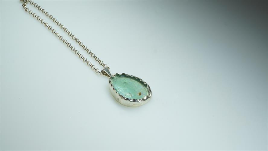 """שרשרת """"ocean blue"""" משובצת זכוכית רומית"""